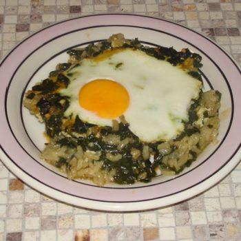 szpinak z jajkiem i ryżem